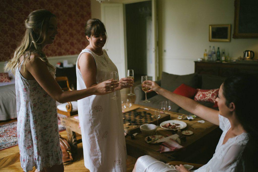 la mariée trinque avec sa famille pendant les préparatifs avant le mariage