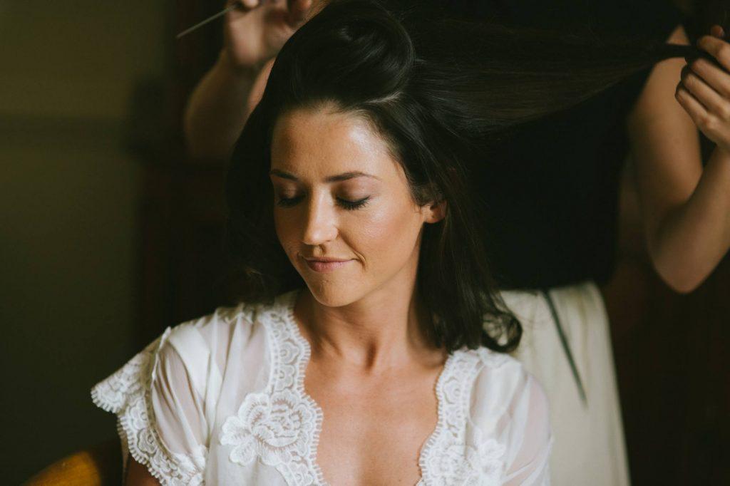 portrait serré de la mariée concentrée portrait chargé d'émotion