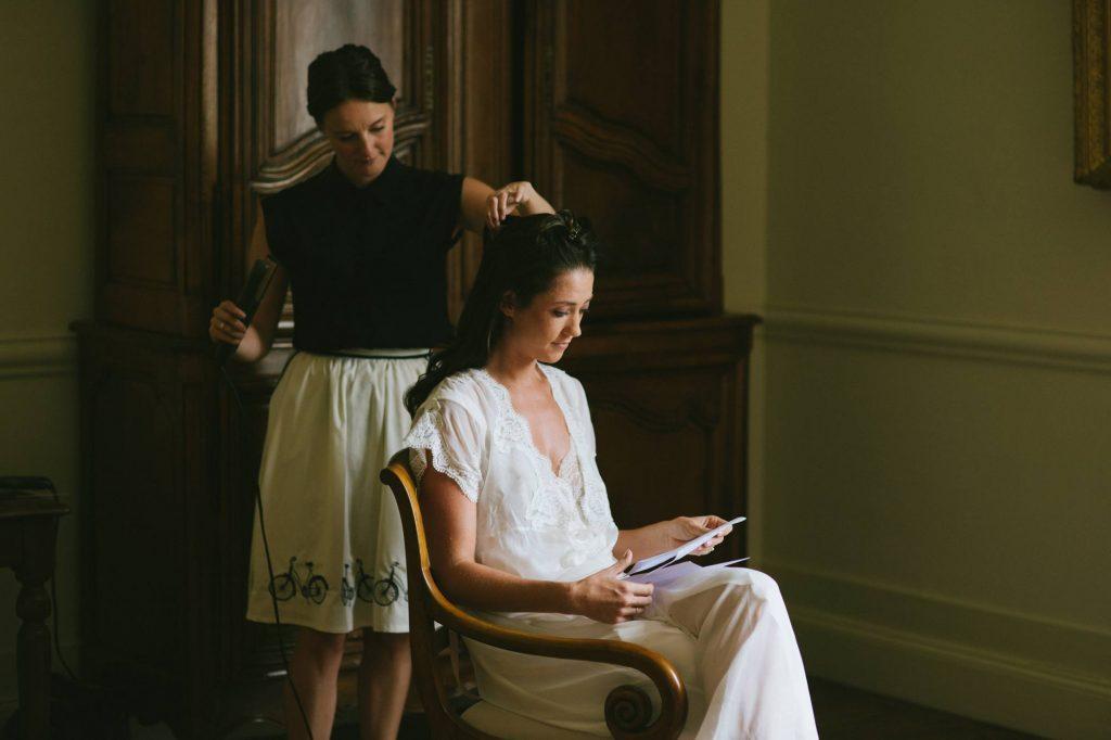 la mariée lit la lettre que son fiancé lui a écrit avant de le retrouver